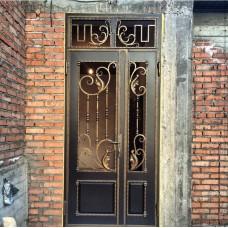 Железная дверь с ковкой в интерьере дома