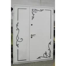 Металлическая белая дверь с коваными элементами