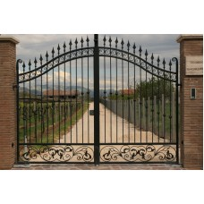 Распашные кованые ворота с пиками