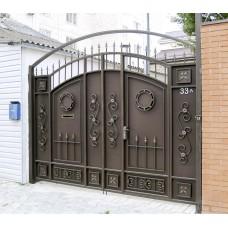 Арочные кованые распашные ворота со встроенной калиткой