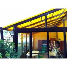 Желтый металлический навес с крышей из поликарбоната