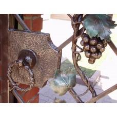 Кованая калитка в виде виноградной лозы
